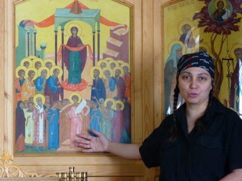 Andra esittelee vieraille Jumalansynnyttäjän suojeluksen kirkossa Sotkamossa kirkon nimikkoikonia.  (Foto: Paavo Kokotti)