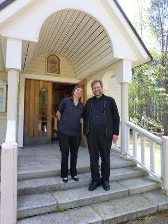 Palvelukeskuksen taliudenhoitaja Paavo Kokotti vieraili ystävineen Sotkamon kirkossa, jota Andra esitteli seurueelle.   (Foto: Paavo Kokotin kuva-arkisto)