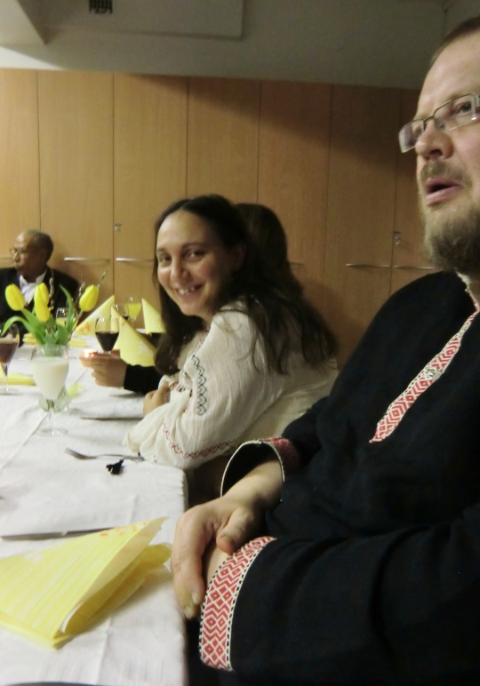 Andra puolisonsa Arin kanssa pääsiäisyöaterialla Kajaanin ortodoksisella seurakuntasalilla, (Foto: Hellevi Matihalti)