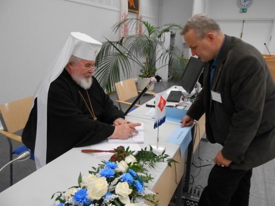 Artkkipiispa Leo ja kirkolliskokousedustaja Hannu Hoskonen vuoden 2013 kirkolliskokouksessa. (Photo: Aristarkos Sirviö)
