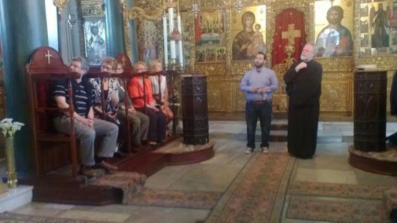 Munkiksi 8.6. vihittävä noviisi Dimitrios esittelee Halkin luostarikirkkoa ja siellä olevaa ihmeitätekevää Jumalanäidin ikonia. (Photo: Risto Leppänen)