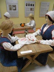 Kuvassa esitellään poluvernikkien häävalmisteluja. Jokaiselle häävieraalle valmistettiin pieni muistolahja. (Photo: Aristarkos Sirviö)