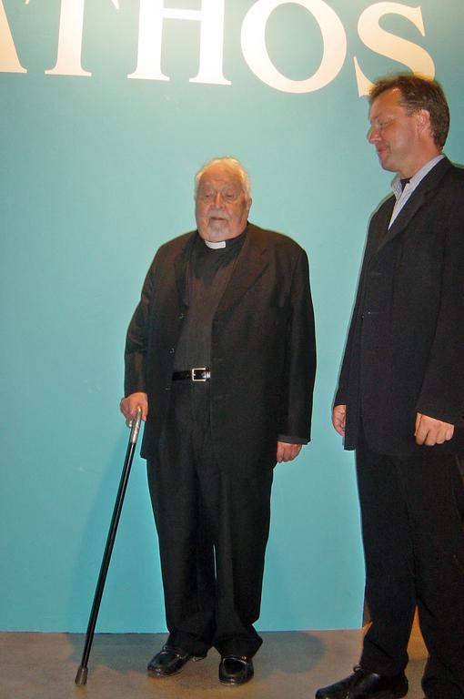 När Johannes metropoliten av Nicaea besökte utställningen Athos – klosterliv på det Heliga berget på Helsingfors stads konstmuseet Tennispalatset den 20. september 2006, välkomnade honom den dåtida chefen för museet, Berndt Arell. (Photo: Aristarkos Sirviö)