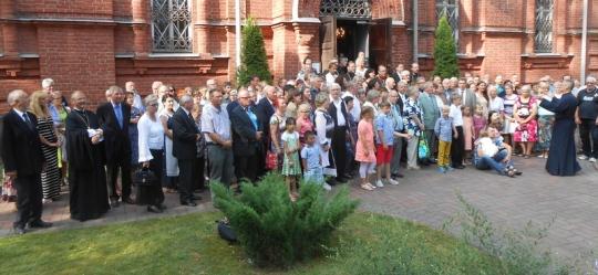 Lämminhenkiseen läksiäisjuhlaan sunnuntaina 27.7. Kouvolan Pyhän Ristin kirkolle oli kokoontunut runsaasti seurakuntalaisia koko perheen voimin. (Kuva/Phtoto: Aristarkos Sirviö)