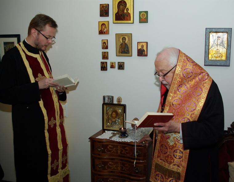 Nikean metropoliitta Johannes ja arkkimandriitta Andreas toimittavat kodinpyhitystä Vantaalla 29.2.2008. (Photo:Aristarkos Sirviö)