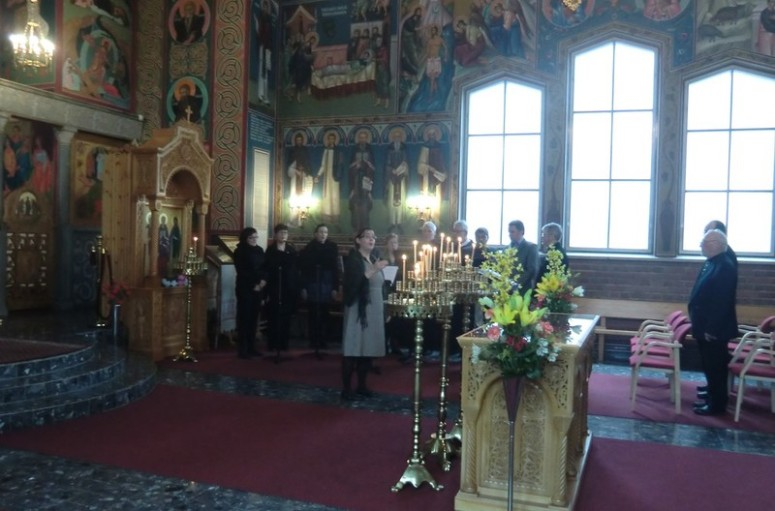 Kanttori Kaisa Mönttinen johtaa jumalanpalveluksessa kirkkokansan laulua . (Kuva/Photo : Hellevi Matihalti )