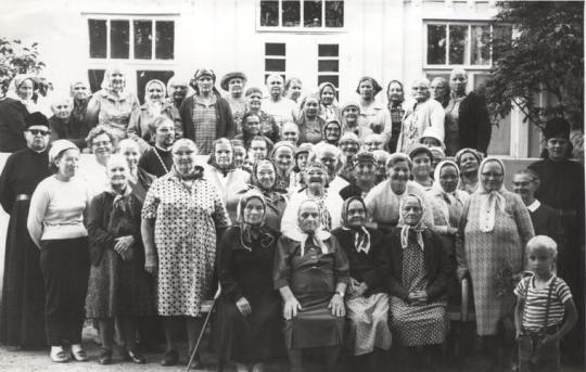 Valamon leiriltä elokuussa 1970 – näin runsaasti osallistujia leireille kerääntyi kesästä toiseen. (Kuva/Photo: Lahja Lökschyn kuva-arkisto )