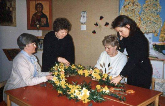 Pitkänperjantain hautakuvan seppeleensidontaa Kuopion seurakunnassa. (Kuva/Photo: Lahja Lökschyn kuva-arkisto )
