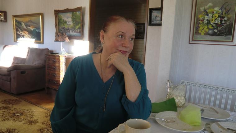 """Irina Korelin näkee ortodoksisuuden ja vanhojen perinteiden hiipumisen Helenan vanhainkodissa olevan myös Helsingin kaupungin aiheuttamaa, koska kaupungin sosiaalitoimi hoitaa vanhusten sijoittamisen. """"Jos juuri sillä hetkellä ei ole ortodoksia tulossa, paikalle sijoitetaan luterilainen. Toisaalta joskus pääsy Helenaan on ortodoksille lähes mahdotonta, kuten isä Mikael Kriisinin kohdalla nähtiin"""", hän sanoo.  (Kuva/Photo: Hellevi Matihalti )"""