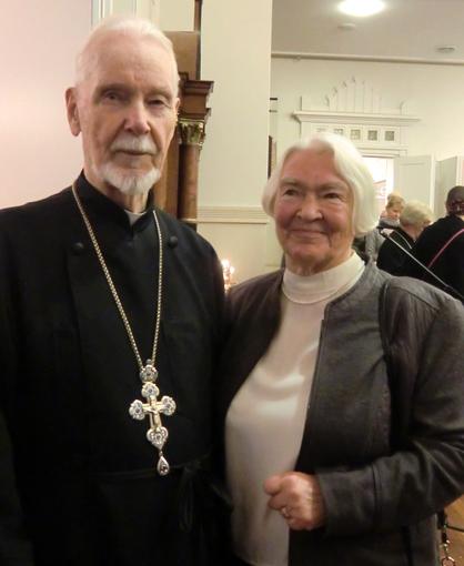 Isä Niilo Karjomaa palvelee vointinsa mukaan yhä vanhainkodin kirkossa, ja maatuska Maria on aina mukana palveluksissa isä Niilon kanssa. ( Kuva/Photo: Hellevi Matihalti )
