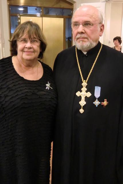 Eila-Maija Mirolybov, monessa mukana VHY:n toiminnassa, ja kirkon nykyinen pappi isä Viktor Porokara. ( Kuva/Photo: Hellevi Matihalti )