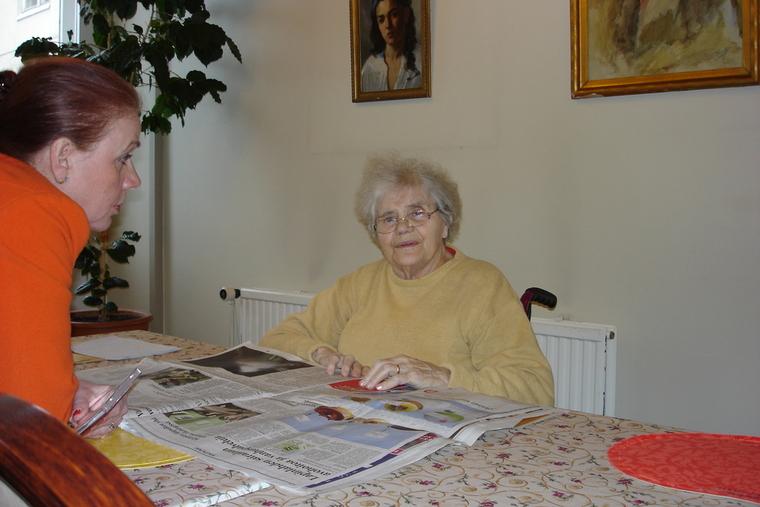 Irina Korelinilla oli tapana päivittäin käydä tervehtimässä talon asukkaita ja kuuntelemassa heidän toiveitaan joko heidän huoneissaan tai yhteisissä seurustelutiloissa. Lehtienlukupisteessä hän on tavannut Anna Aulénin. Kuva on vuodelta 2006. (Kuva/Photo:  Hellevi Matihalti )