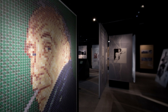 Salaisuuksin suljettu – kirjeiden Tom of Finland -näyttely valottaa taiteilija Touko Laaksosen henkilökuvaa hänen kirjeenvaihtonsa kautta. Näyttely esittelee taiteilijan suurelle yleisölle kokonaan tuntemattomasta näkökulmasta tavallisena nuorena miehenä, jatkosodan sotilaana, muusikkona, mainospiirtäjänä, veljenä, ystävänä ja sairaana vanhana miehenä.  Näyttely on Postimuseossa, museokeskus Vapriikissa, osoitteessa Alaverstaanraitti 5, Tampere 29.3.2015 asti . (Kuva/Photo: Postimuseo )