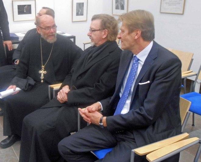 Vuoden 2014 kirkolliskokouksen tauolla keskustelemassa isä Leo, metropoliitta Panteleimon ja Veikko Halonen.  (Kuva/Photo: Aristarkos Sirviö )