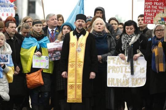 Brysselissä Euroopan nuvoston toimitalon edessä oli mielenilmaus, jossa myös rukoiltiin rauhaa Ukrainaan. (Kuva/Photo: sacbee.com)