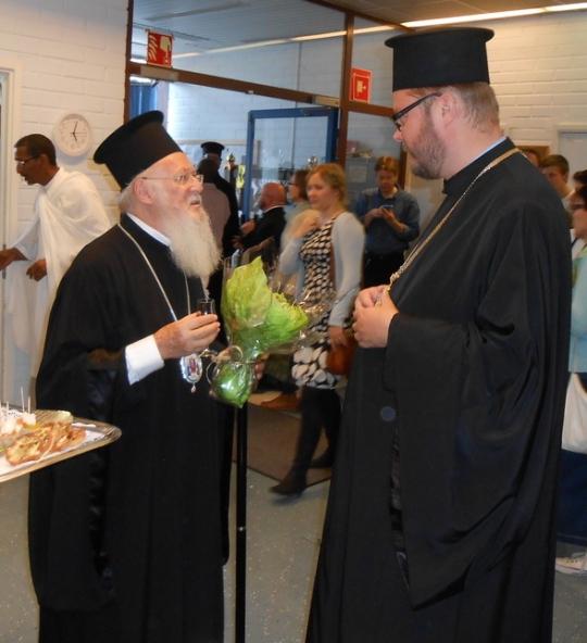 Patriarkka Bartolomeos ja arkkimandriitta Andreas keskustelevat Mellunmäessä Pyhittäjä Aleksanteri Syväriläisen    kappelilla. (Kuva/Photo: Aristarkos Sirviö)