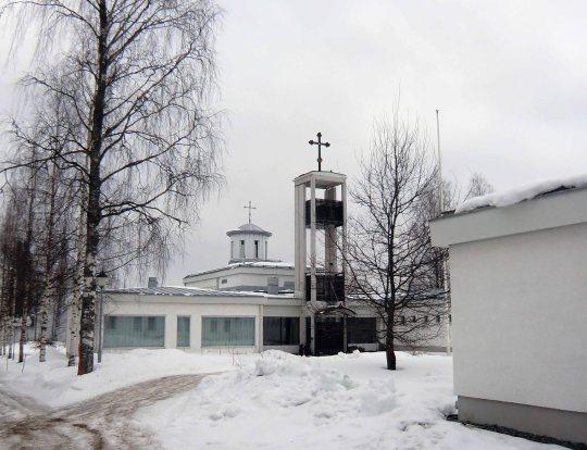Luostarin Pyhän Kolminaisuuden kirkon on suunnitellut arkkitehti Vilho Suonmaa ja se valmistui rakennusvuotetaan 1973. Vuosina 1999-2000 se peruskorjattiin arkkitehti Antero Turkin suunnitelman mukaan.  (Kuva/Photo: Hellevi Matihalti)
