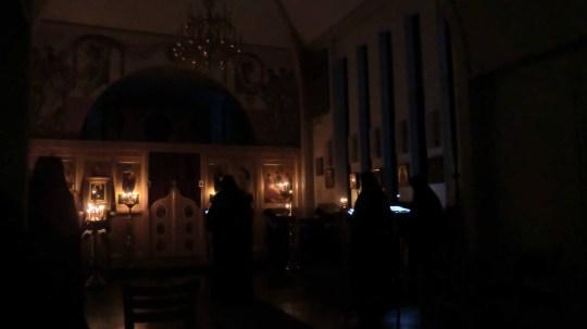 Aamurukousten samoin kuin iltapalvelusten aikaan kirkkoa valaisivat vain lampukat ja sytytetyt tuohukset. Illan viimeisen, suuren ehtoonjälkeisen palveluksen aikana olivat tuohukset jo palaneeet loppuun; ainoat valonlähteet olivat lampukat pyhäinkuvien edessä. (Kuva/Photo: Hellevi Matihalti)