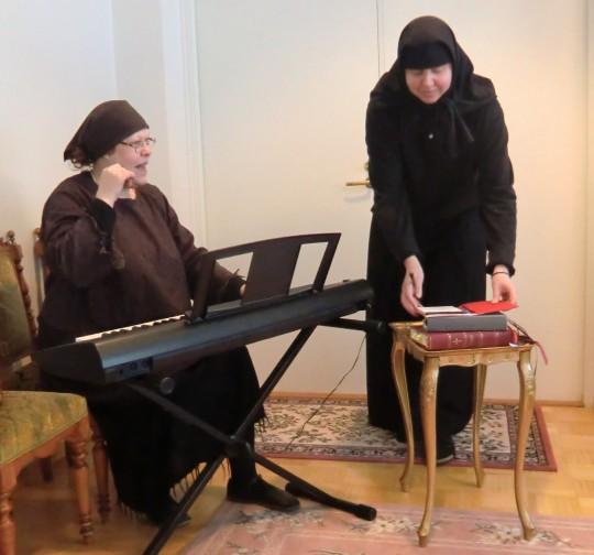 Anneli Pietarinen on nykyään Ivalon kanttori. Hän on suorittanut myös musiikkipedagogin (AMK) tutkinnon ja käy opettamassa laulutekniikkaa Lintulan luostarin sisaristolle. Sisar Juliana oppitunnilla. (Kuva/Photo: Hellevi Matihalti)