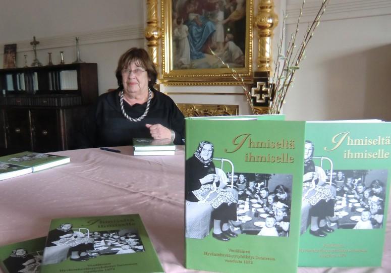 Vastailmestynyt kirja Ihmiseltä ihmiselle ja sen toimittaja Eila-Maija Mirolybov. (Kuva/Photo: Hellevi Matihalti)