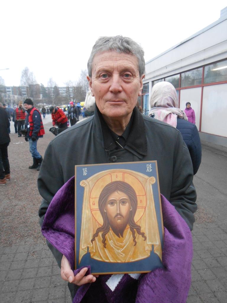 Kappelin vahtimestari Liviu Petrila kantoi ristisaatossa Kristuksen ikonia.(Kuva/Photo: Aristarkos Sirviö)