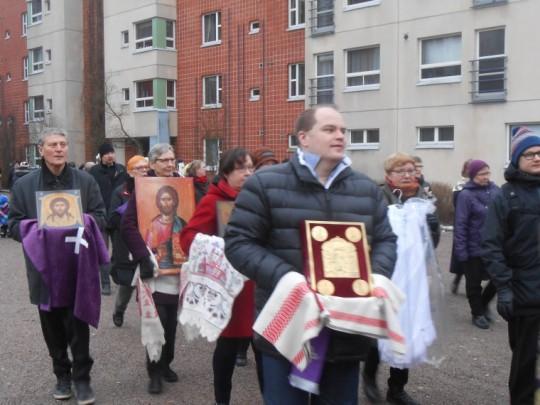 Ristisaattoon osallistui reilut kuusikymmentä henkeä. (Kuva/Photo: Aristarkos Sirviö)