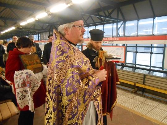 Mellunmäen metroasemalla ristisaatto siirtyi metroon. Kuvassa isä Jyrki Penttonen ja diakoni isä Teppo Väisänen. (Kuva/Photo: Aristarkos Sirviö)