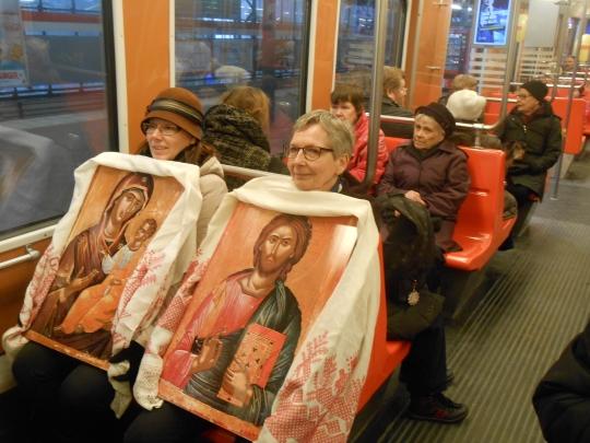 Ikonostaasin ikoneita kuljettivat Hanna Kivelä (vas.) ja Auni Saarinen. (Kuva/Photo: Aristarkos Sirviö)