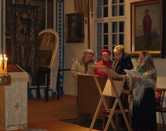 Laulajat kirkossa. Laulajiin liittyi myös suomalaisia toimittajia opastanut Elina Aro-Ojapelto (oikealla). Kuva/Photo: Katrin Seppel)