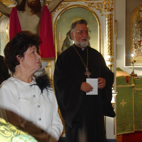 Isä Aleksander kiittää onnittelijoita 70-vuotissyntymäpäiväjuhlassaan Helenan vanhainkodin kirkossa. Vierellä Eila-puoliso. (Kuva/Photo: Hellevi Matihalti )