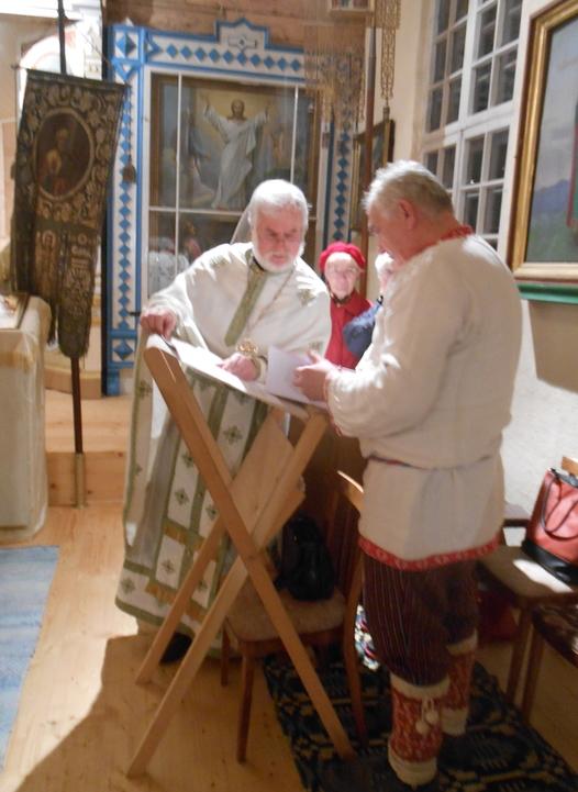 Isä Viktor Ivask ohjeistaa sootska Aare Hõrnia ennen jumalanpalveluksen alkamista. (Kuva/Photo: Aristarkos Sirviö)