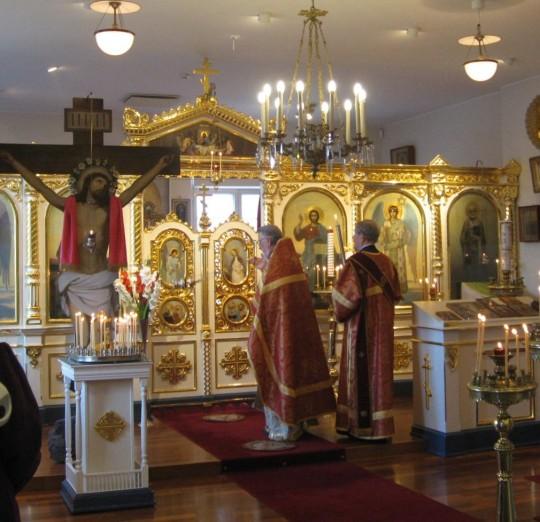 Vuonna 2010 isä Aleksander ja isä Mikael toimittivat palvelukset Helenakodin kirkossa. Nyt molemmat ovat siirtyneet tuonilmaisiin. (Kuva/Photo: Hellevi Matihalti )