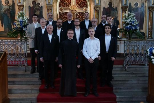 Uspenskin katedraalin mieskuoro johtajansa Jari Ketolan kanssa. (Kuva/photo: Uspenskin katedraalin mieskuoro)