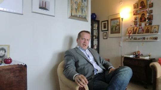Antero Eerola on myösUudenmaan Vasemmistoliiton varapuheenjohtaja ja Venäjän tuntija. Vuosina2001-2008 hän työskenteli Kansan Uutisten politiikan ja eduskuntatoimittajana erityisalueenaan myös EU-asiat, vuosina2008–2010 Yleisradion ja Kauppalehden Moskovan kirjeenvaihtajana. Vuodet 2011-2014 hän toimi Vasemmistoliiton puheenjohtajan ministeri Paavo Arhinmäen avustajana. Kielitaito on varsin kattava: suomi,ruotsi, englanti, venäjä ja viro, ja harrastuksia ovat mmkielet, vieraat kulttuurit ja historia. (Kuva/Photo: Hellevi Matihalti)
