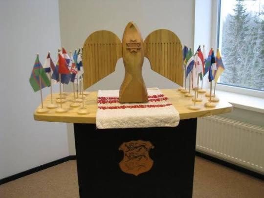Suomalais-ugrilaisen kulttuuripäkaupungin tunnus on puinen Tsirk -lintu, jonka Obinitsa luovuttaa vuoden 2016 pääkaupungille tämän vuoden lopussa. Ensi vuoden pääkaupunki -titteli on parhaillaan hakuprosessia. (Kuva/Photo: obinitsa.net )