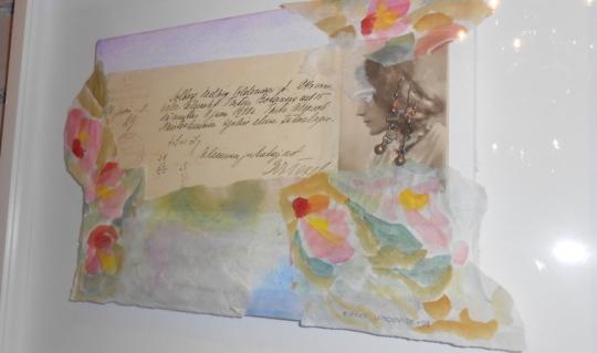 """""""Mutta joissakin asiakirjoissa on jotain erityistä merkitystä, vaikkapa tämä pienen tytön syntymätodistus. Se on kirjoitettu Tarton naistenklinikalla, ja todistuksen kulmaan on joku raapustanut laskutoimituksia, ja käyttänyt syntymätodistusta suttupaperina…"""", kertoo Pirkko Lundqvist (Kuva/Photo: Aristarkos Sirviö)"""
