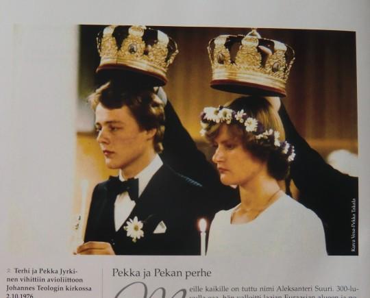 Kirjassa on erittäin runsas ja kiintoisa kuvitus. Kirjoittajan ja Terhi-puolison avioliittoon kruunaaminen. (Kuva/Photo:  käsiteltävästä teoksesta)