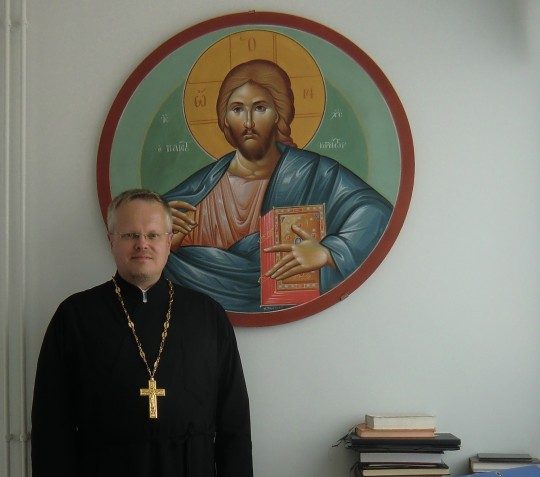 Isä Markon työhuonetta hallitsee Kristus Kaikkivaltiaan ikoni. (Kuva/Photo: Hellevi Matihalti)