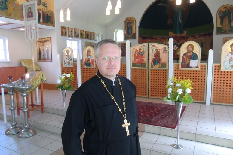 Isä Marko esittelee Pyhän Kolminaisuuden katedraalin ikoneja. Kaikki uudet ikonit ovat oululaisten ikonimaalarien käsialaa. (Kuva/Photo: Hellevi Matihalti)