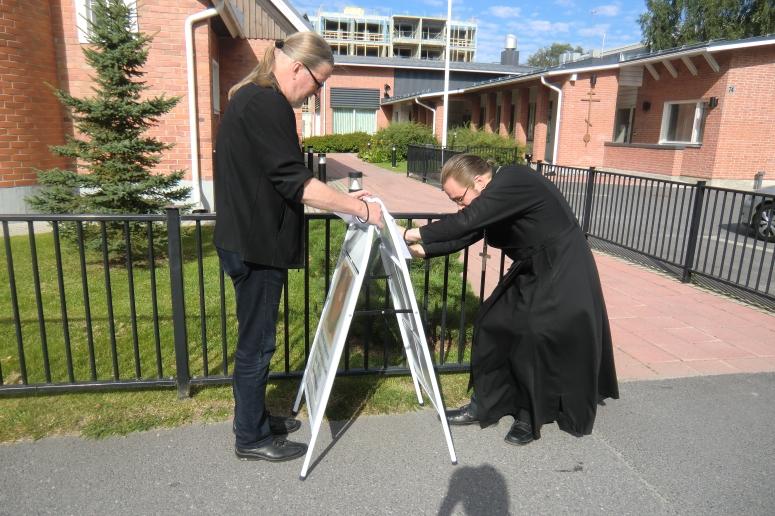 Isä Tuukka ja kanttori Juhani mainosmiehinä. (Kuva/Photo: Hellevi Matihalti)