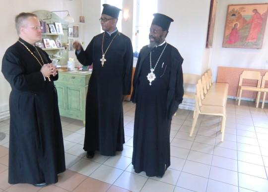 Isä Marko esittelee katedraalia Ruandan ja Burundin piispa Innocentiokselle ja kenialaiselle isä Evangelokselle. (Kuva/Photo: Hellevi Matihalti)