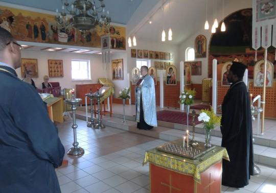Isä Marko toimittaa katedraalissa rukouspalveluksen, johon myös afrikkalaiset vieraat osallistuivat. (Kuva/Photo: Hellevi Matihalti)