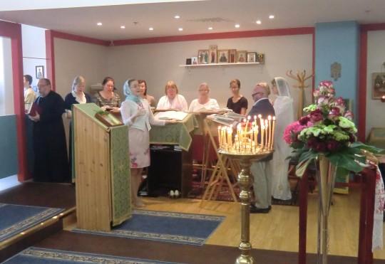 Kuoro ja kirkkokansa laulavat yhdessä uskontunnustuksen ja Isä meidän –rukouksen. (Kuva/Photo: Hellevi Matihalti)