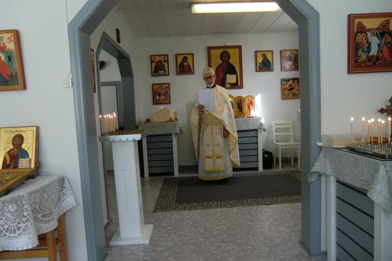Isä Eino toimittaa liturgiapalvelusta. ( Kuva/Photo: Hellevi Matihalti )