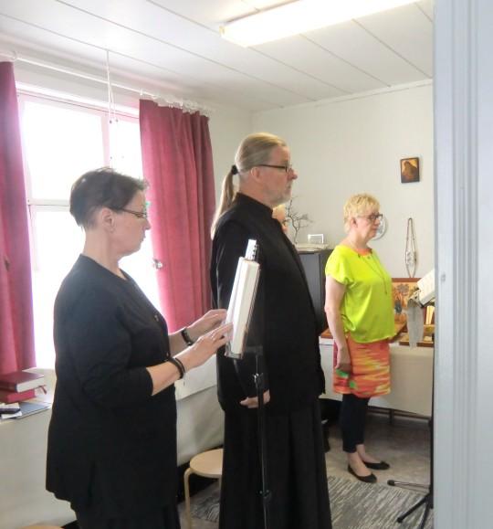 """Kuoro laulaa """"omassa huoneessaan"""". ( Kuva/Photo: Hellevi Matihalti )"""