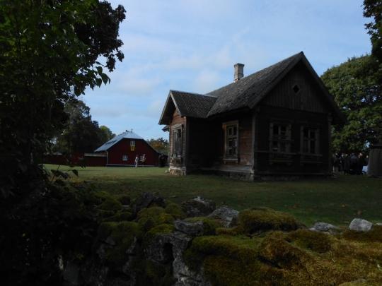 Etualalla vanha koulutalo. (kuva/Photo: Aristarkos Sirviö)