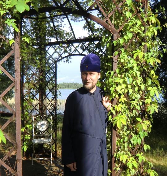 """Piispa Arseni: """"Maija oli työntekijänä ammattitaitoinen ja mutkaton. Sanoinkin hänelle lähtiessäni, että jos täältä jotakin mukaani ottaisin niin sinut!"""" (Kuva/Photo: Hellevi Matihalti )"""