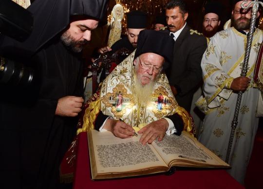 Liturgian jälkeen patriarkka Bartolomeos johti rukouspalveluksen kirkkovuoden alkamisen kunniaksi ja kaikki piispat allekirjoittivat indiktion eli uuden kirkkovuoden julistuksen. (Kuva/Photo: Dimitrios S. Panagos )