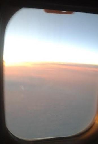 Auringonnousu pilvien yläpuolella Helsingin ja Berliinin välillä. (Kuva/photo: Andra Aldea-Löppönen )