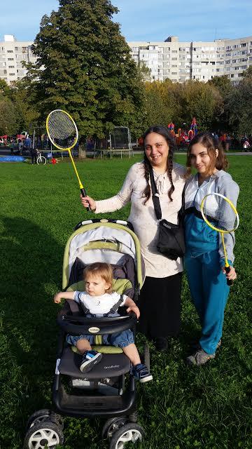 Pappiveljeni vanhimman tyttären Alexandran kanssa menossa pelaamaan sulkapalloa. (Kuva/Photo: Corina Aldea-Nedelcu )